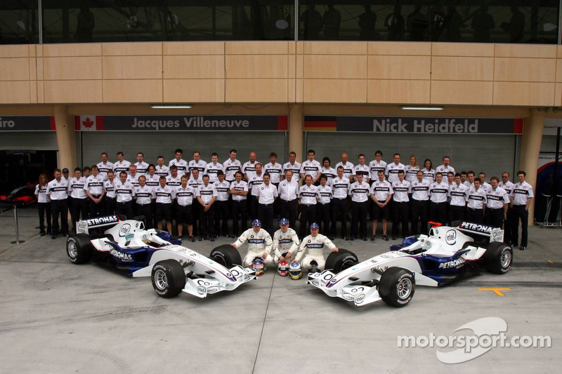 BMW Sauber photoshoot: Jacques Villeneuve, Robert Kubica and Nick Heidfeld pose with BMW Sauber team