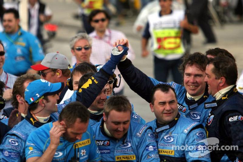 Celebran los miembros del equipo Renault F1