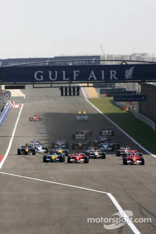 Départ: Michael Schumacher, Felipe Massa et Fernando Alonso se battent pour la victoire