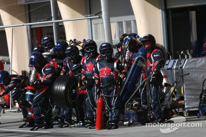 Los miembros del equipo Scuderia Toro Rosso esperan Vitantonio Liuzzi