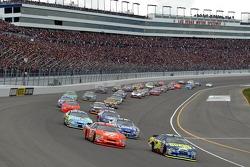Start: Greg Biffle and Tony Stewart battle for the lead
