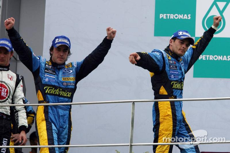 Podium: race winner Giancarlo Fisichella and Fernando Alonso