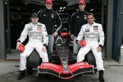 Kimi Räikkönen et Juan Pablo Montoya posent avec les joueurs de football Nathan Buckley et Alan Dodak