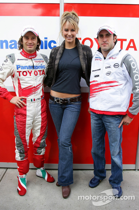 Jarno Trulli et Ricardo Zonta posent avec Miss Univers 2004 Jennifer Hawkins