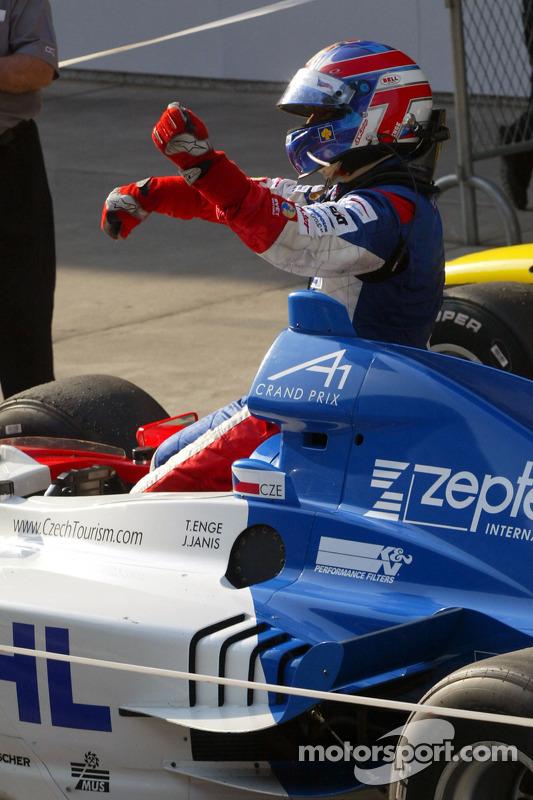 Tomas Enge (République tchèque) dans le parc fermé après la course