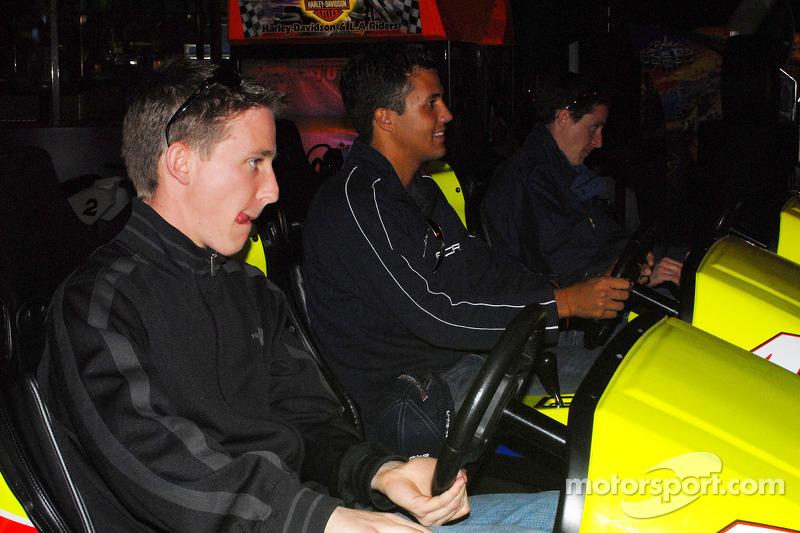Brian Frisselle, Leonardo Maia et Burt Frisselle jouent à Daytona USA 2