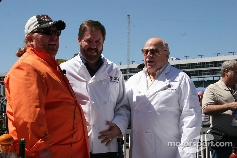 Mario Batali apprend à Eddie Gosage et Bruton Smith à cuisiner