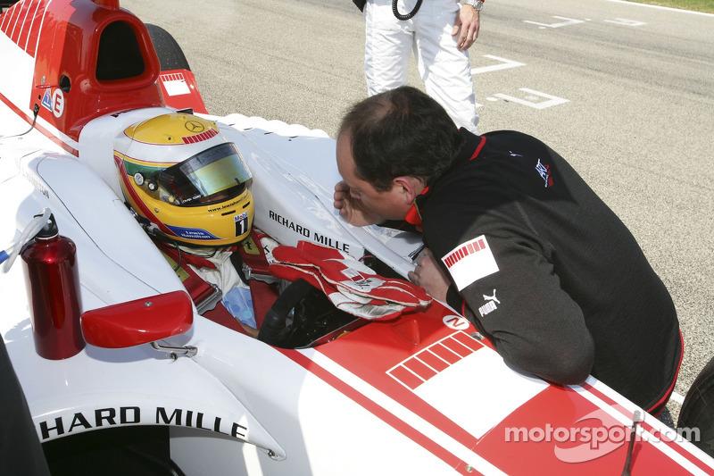 Lewis Hamilton parle avec Frederic Vasseur