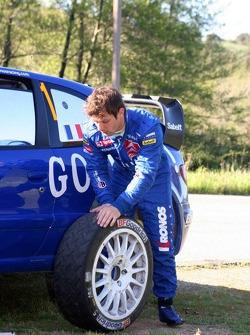 Sébastien Loeb and Daniel Elena work on a wheel