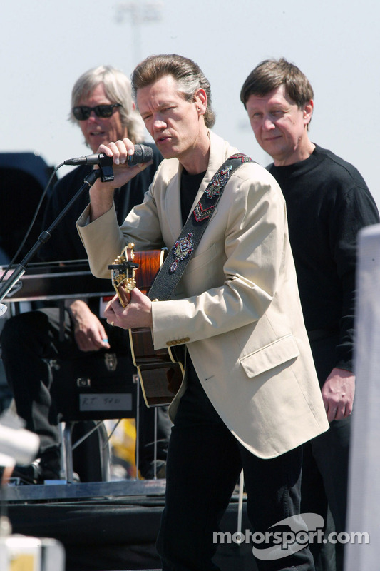 Le chanteur Randy Travis en concert avant la course