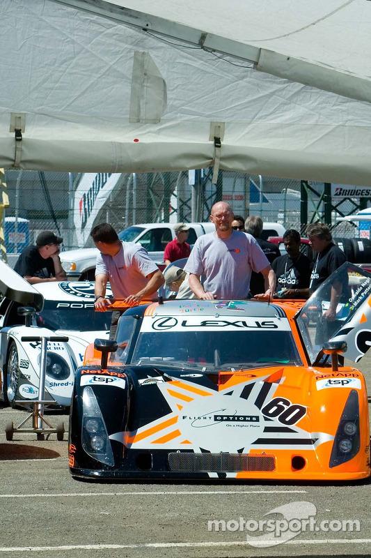 La voiture Grand Am attend son tour pour l'inspection technique