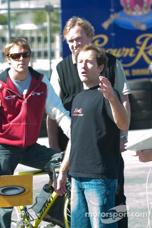 Cristiano da Matta discute de la position de course avec Dale Coyne et son coéquipier Jan Heylen