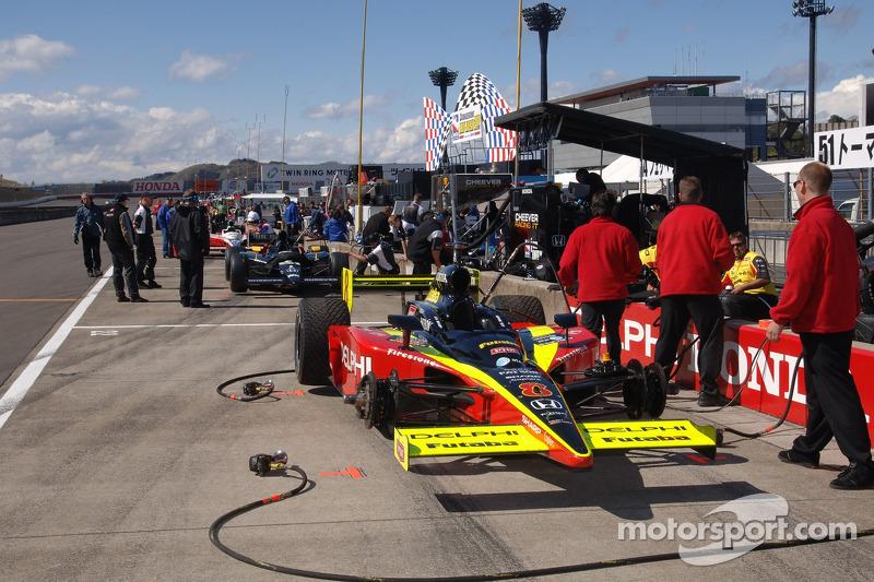 La voiture de Scott Sharp se tient prête pour la séance