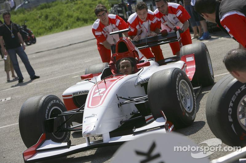 Lewis Hamilton effectue des arrêts au stand dans le paddock