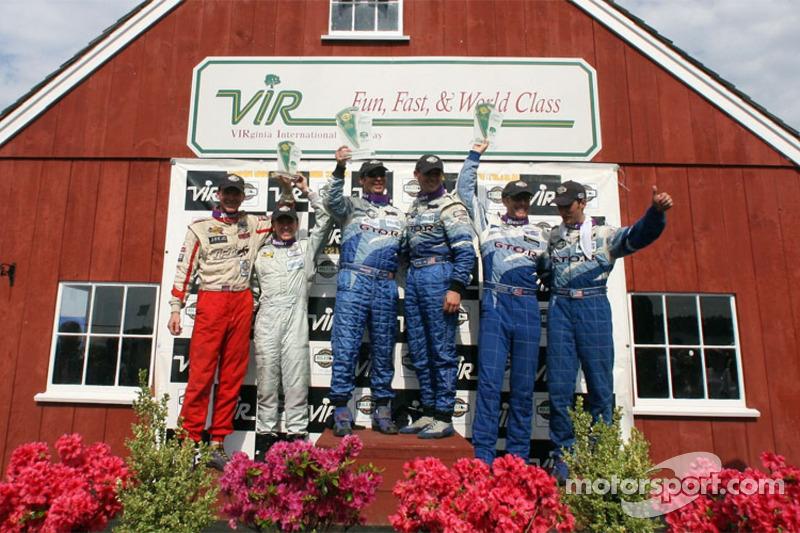 Podium GT: les vainqueurs Marc Bunting, Andy Lally et RJ Valentine, avec les deuxièmes Paul Edwards