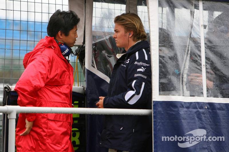 Nico Rosberg parle avec un ingénieur de Bridgestone