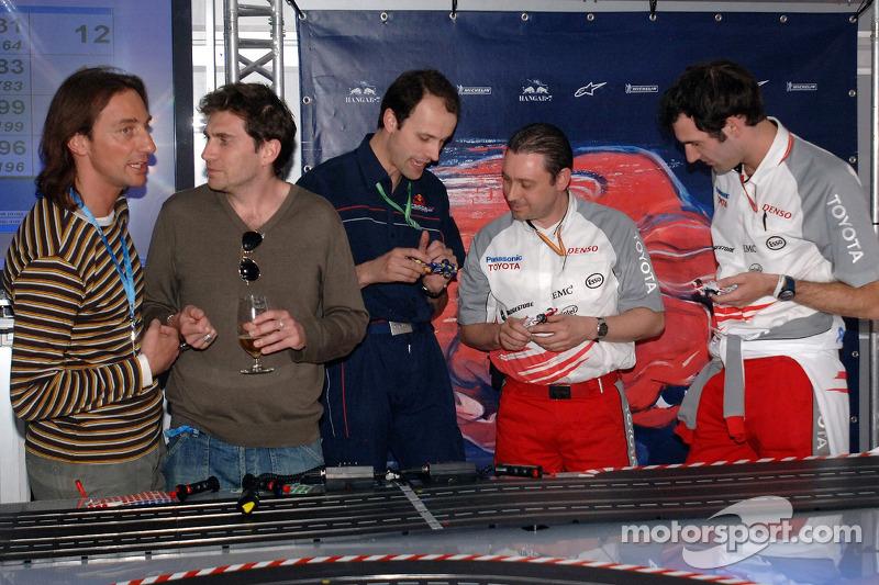 Jeudi refroidi: Daniele Casanova avec des visiteurs et des ingénieurs de Toyota jouent avec des voitures télécommandées