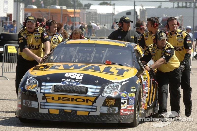 La DeWalt Ford Fusion est poussée dans le garage par l'équipe Roush Racing