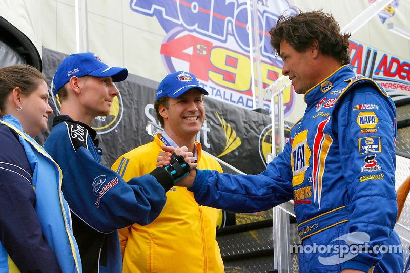 L'acteur Will Ferrell et Randy McCloy saluent Michael Waltrip