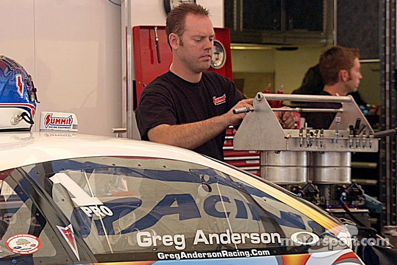 Jason Line travaille sur la voiture