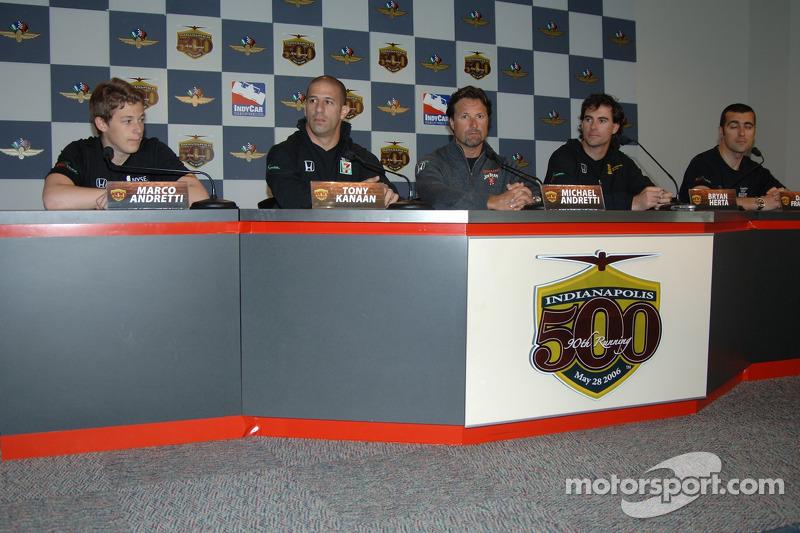 Les pilotes de Andretti Green Racing, Marco Andretti, Tony Kanaan, Michael Andretti, Bryan Herta, Da