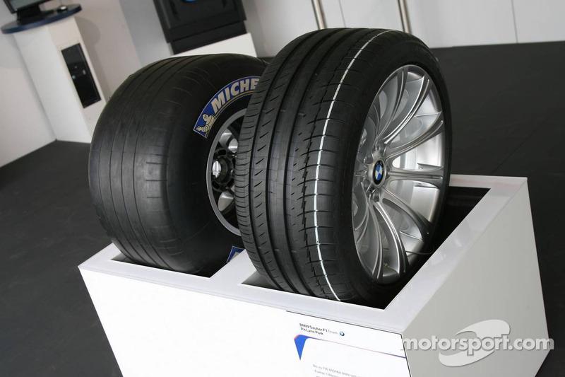 Visite du stand de l'équipe BMW Sauber: pneu