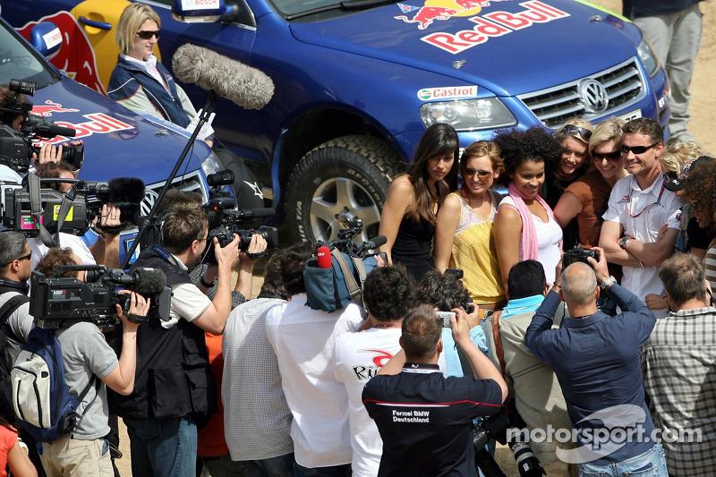 Red Bull: David Coulthard avec des jeunes femmes Formule 1 devant la Volkswagen Touareg