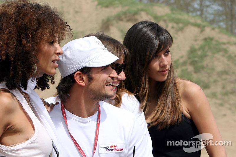 Red Bull: Vitantonio Liuzzi avec des jeunes femmes Formule 1