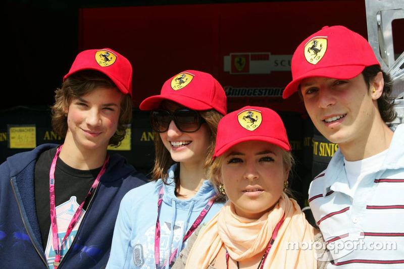 Des fans et des jeunes femmes dans le paddock