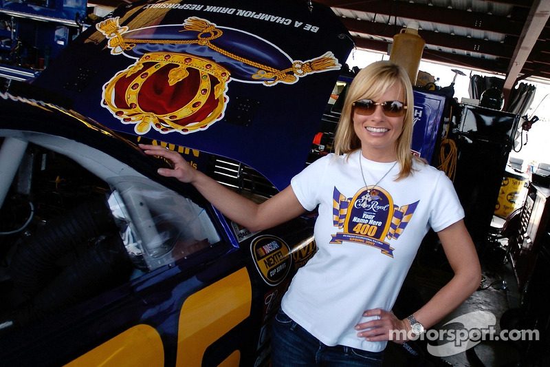L'actrice Jaime Pressly et un fan de la NASCAR regardent la #26 Crown Royal Ford dans le garage