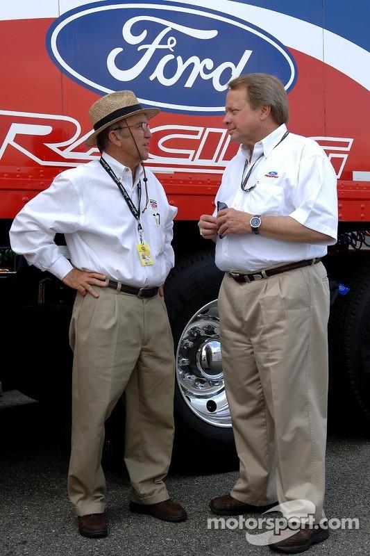 Edsel B.Ford II discute avec Jack Roush dans le garage
