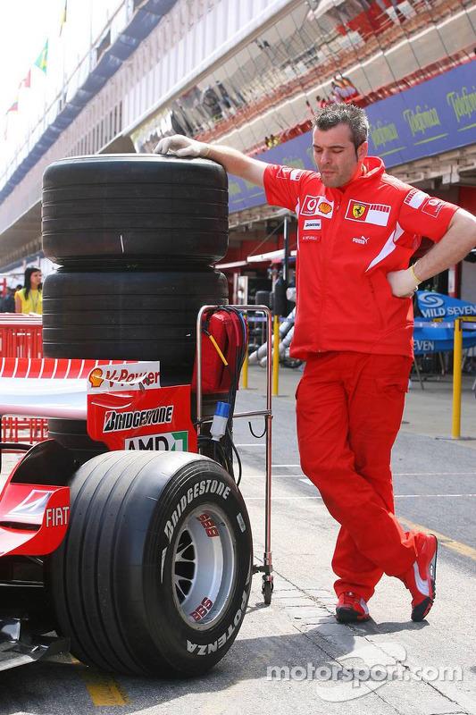Un membre de l'équipe Ferrari