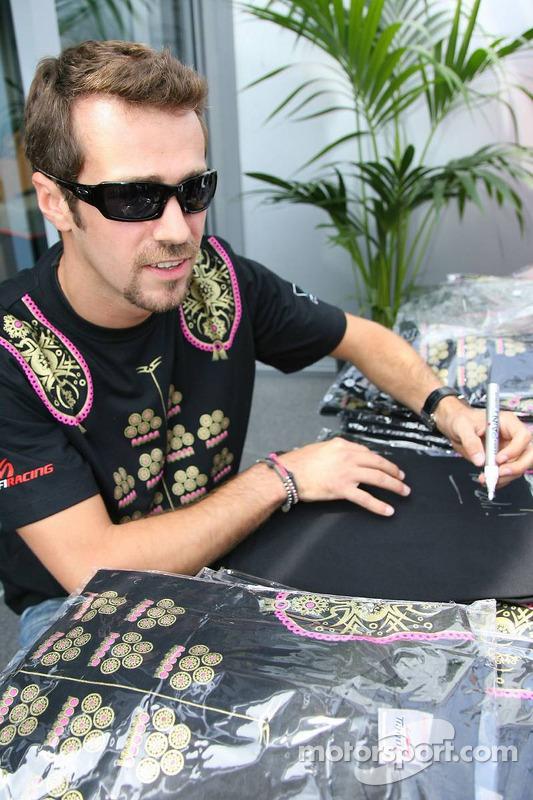 Tiago Monteiro offre des t-shirts