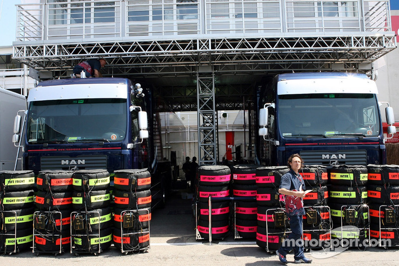 Pneus Michelin devant les camions de Red Bull Racing