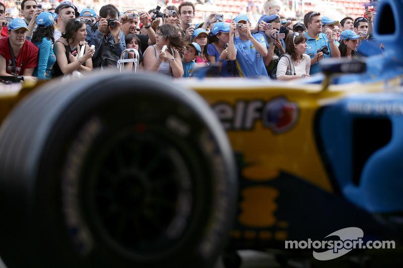 Une foule de fans autour du garage Renault