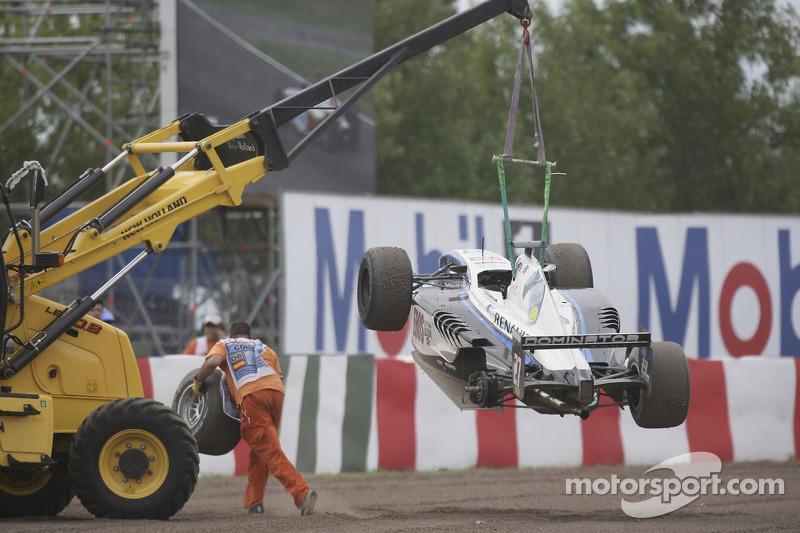 La voiture de Andreas Zuber est soulevée de la piste