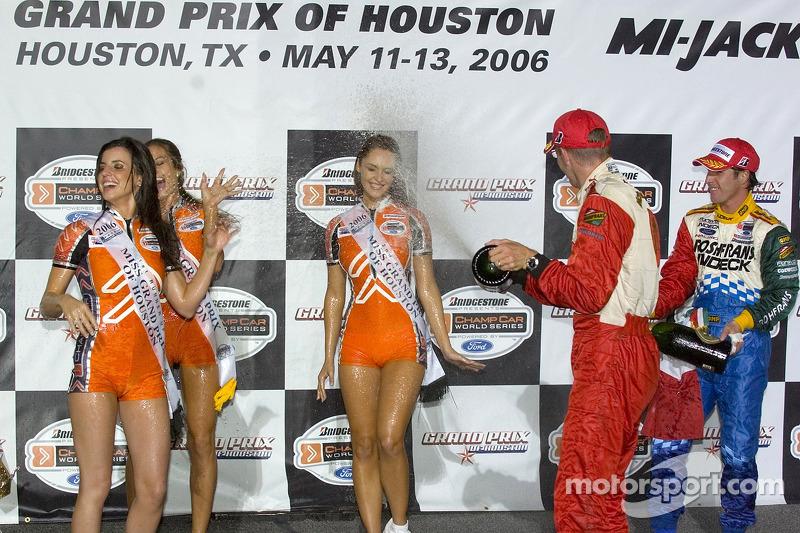 Podium: Sébastien Bourdais et Mario Dominguez aspergent de champagne les jeunes femmes de Champ Car
