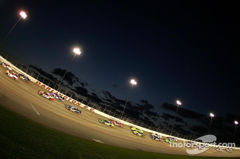 Les pilotes dans le virage 4 au Darlington Raceway à l'approche du drapeau vert
