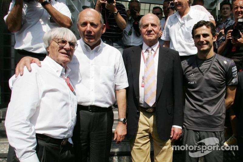 Bernie Ecclestone, Ron Dennis, le roi d'Espagne Juan Carlos I et Pedro de la Rosa
