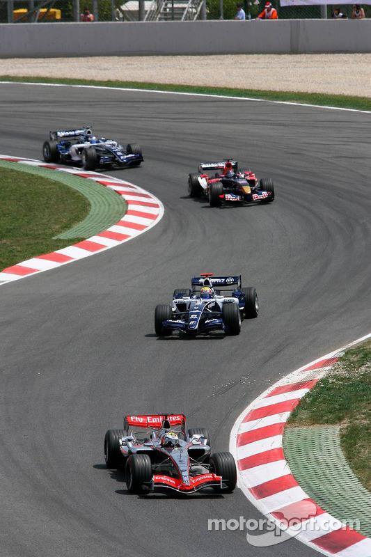 Juan Pablo Montoya devant Mark Webber