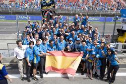 Фернандо Алонсо и Джанкарло Физикелла празднуют успех в гонке вместе со своей командой
