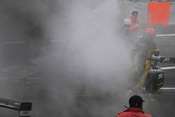 #51 B-Racing RS Line Team Lamborghini Murcielago GTR: Benjamin Leuenberger, Norbert Walchhofer, Marino Franchitti part en fumée en attendant que les débris soient nettoyés sur la piste