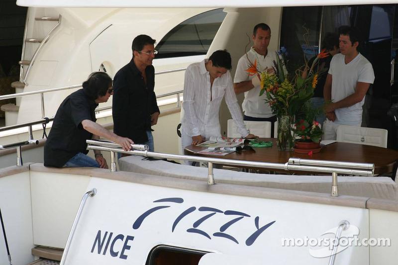 Giancarlo Fisichella et ses amis sur un bateau