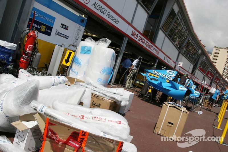 L'équipe Renault F1 range ses garages dans la ligne des stands