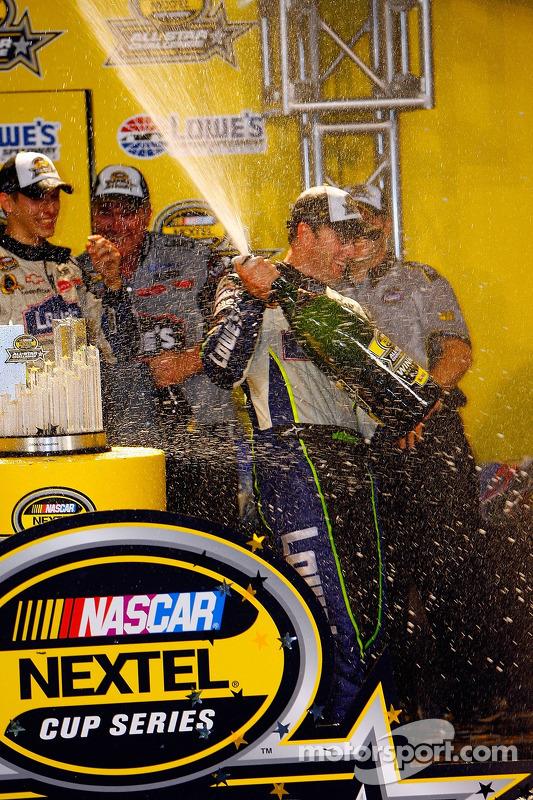 Jimmie Johnson fête sa victoire à la NASCAR Nextel Cup Series All-Star Challenge