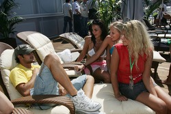 Vitantonio Liuzzi et des jeunes femmes de Formule 1