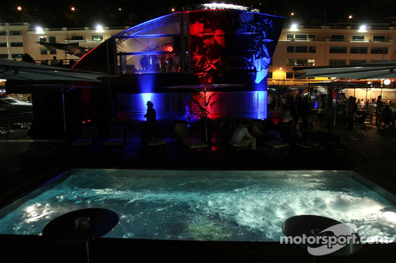 Jeudi refroidi: le bureau et la piscine de la Red Bull Energy Station