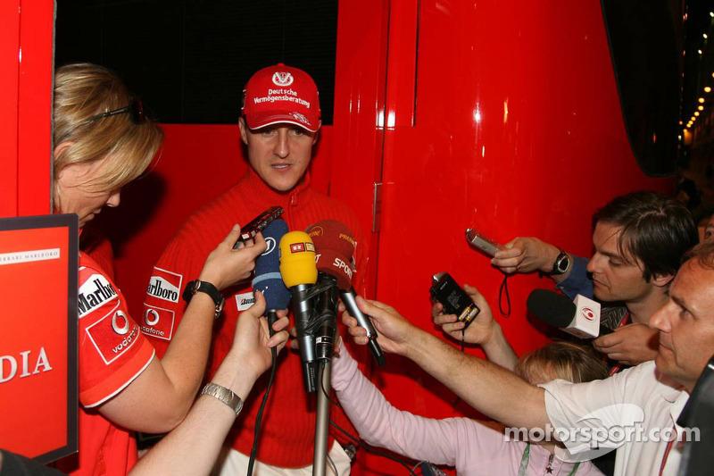 Michael Schumacher tient une conférence de presse à 9h42