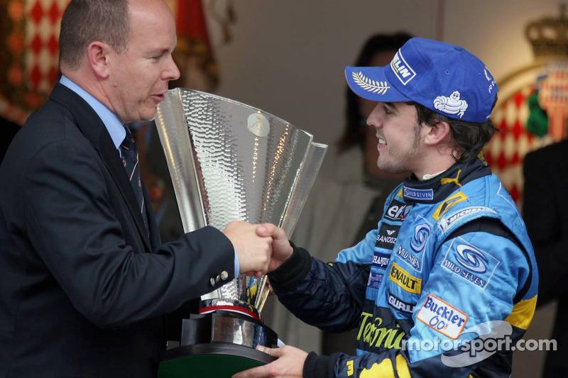 Podio: Ganador de la carrera Fernando Alonso es felicitado por el príncipe Alberto de Mónaco