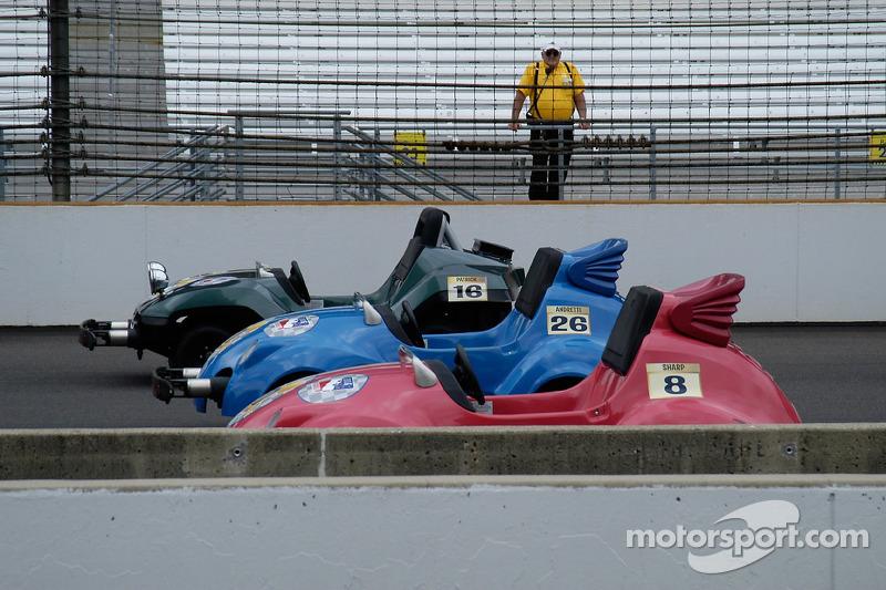 Des voitures Minnie Indy Charity Race, sous l'œil vigilant du patron de la sécurité